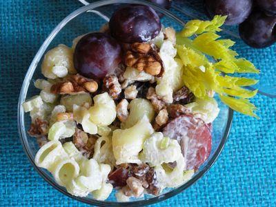 Makaronowa sałatka z selerem, winogronem i orzechami ...