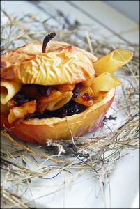 Kurczak z makaronem i żurawiną zapiekany w jabłku ...