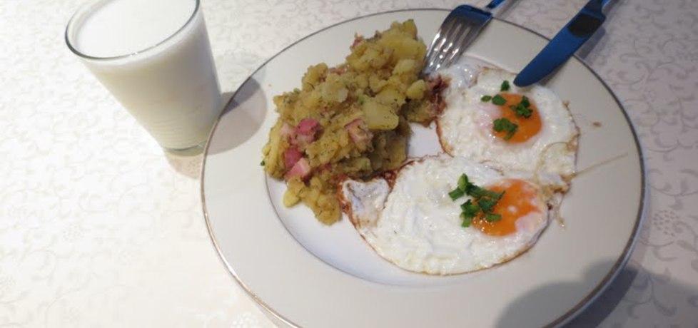 Ziemniaki z boczkiem i cebulą i jajko sadzone (autor: gotujebochce ...