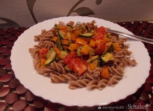 Makaron razowy z cukinią, papryką i pomidorami