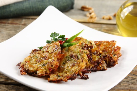 Placki z mięsem, warzywami i serem feta