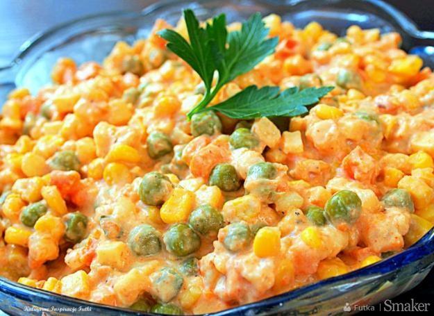 Sałatka serowo  warzywna z sosem carskim