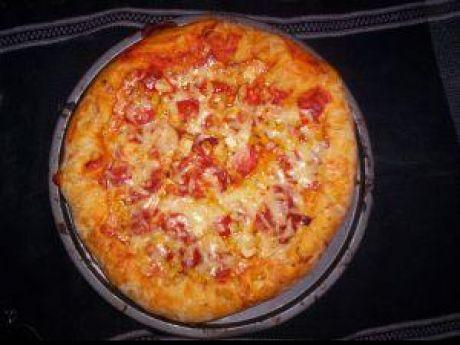 Przepis  pizza z pomidorami i żółtym serem przepis