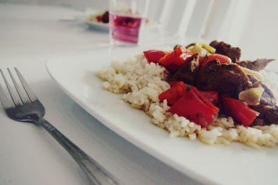 Ryż z wieprzowiną, cebulą i papryką