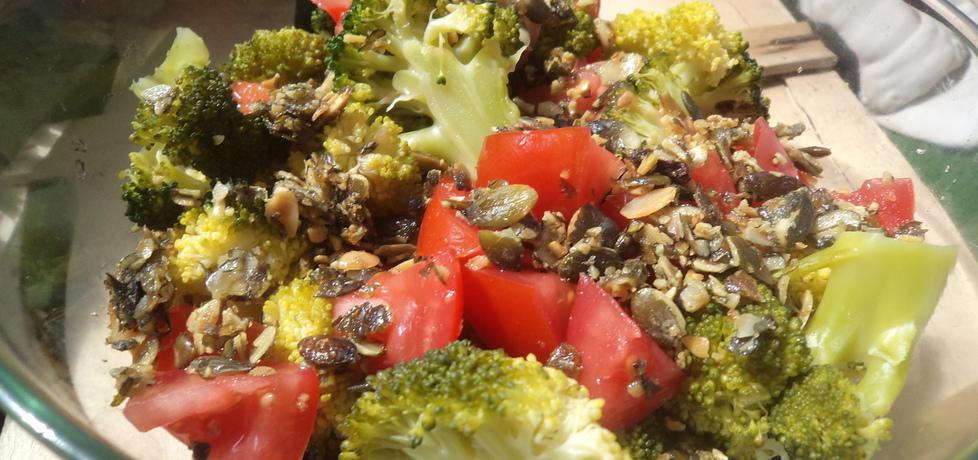 Szybka sałatka z brokułem , pomidorem i pestkami dyni :) (autor ...