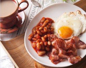 Śniadanie angielskie  fasola, boczek i jajko