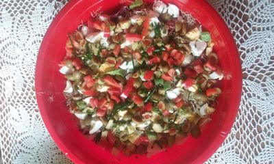 Sałatka z jajkami, pomidorami i awokado