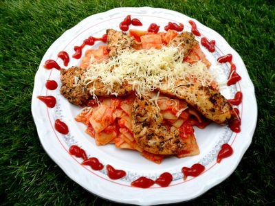 Pomidorowe łazanki z kurczakiem na ostro