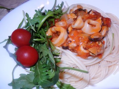 Spaghetti z owocami morza i rukolą