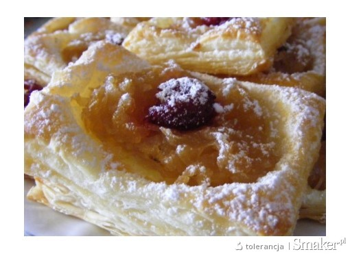 Ciastka francuskie z jabłkami i wisienką