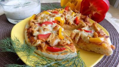 Pizza z kurczakiem, papryką i mozzarellą