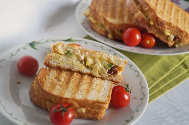 Przepis  kanapki na ciepło z jajkami i cukinią przepis