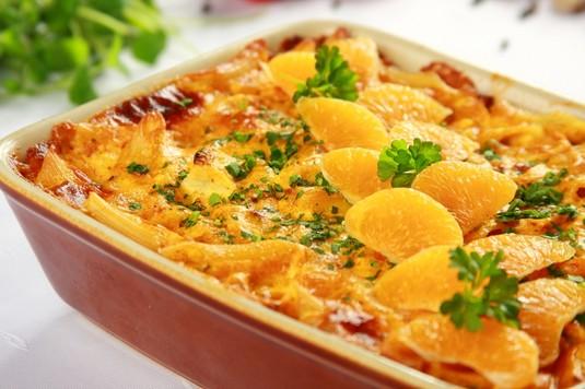 Zapiekanka z makaronu, kurczaka i owoców