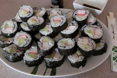Sushi maki z ogórkiem i surimi