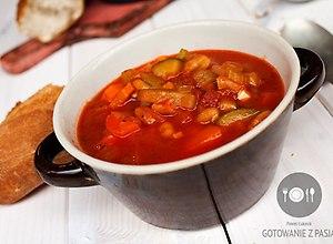 Pikantna zupa pomidorowa z suszonymi pomidorami i białą fasolą ...