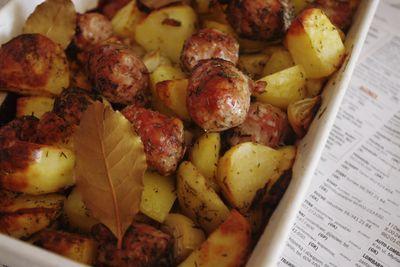 Kiełbasa pieczona z ziemniakami i cebulą