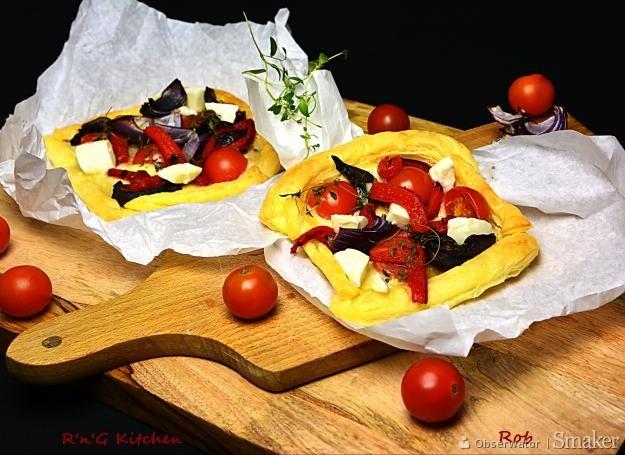 Tarta z ciasta francuskiego z czerwoną cebulą i serem mozzarella ...