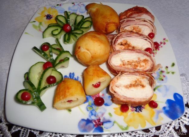 Roladki drobiowe, faszerowane serem, ziemniaki i ogórkowy ...