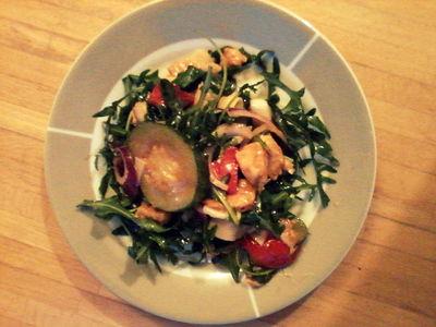 Sałatka z grillowanych warzyw, kurczaka i rukoli.