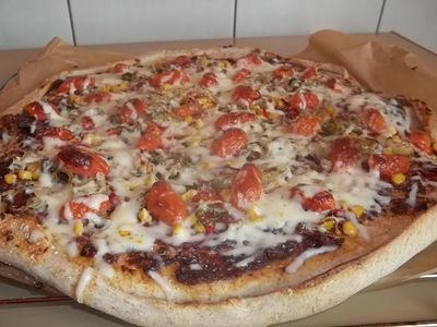 Kolorowa pizza z salami i parmezanem