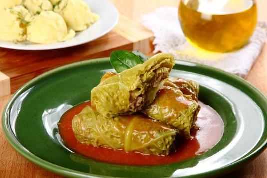 Łatwe gołąbki z młodej kapusty w sosie pomidorowym