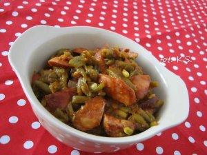 Kiełbasa z fasolką szparagową w sosie pomidorowym