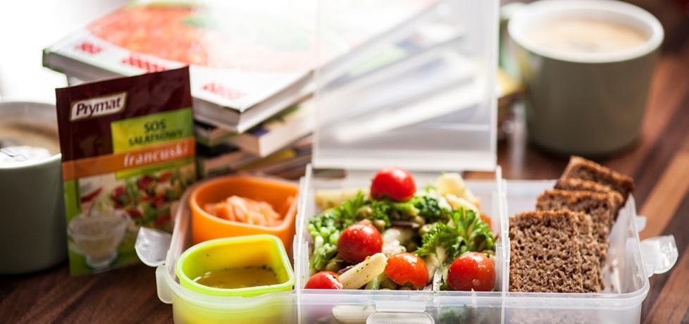 Życie od kuchni: sałatka z brokułów, wędzonego łososia ...