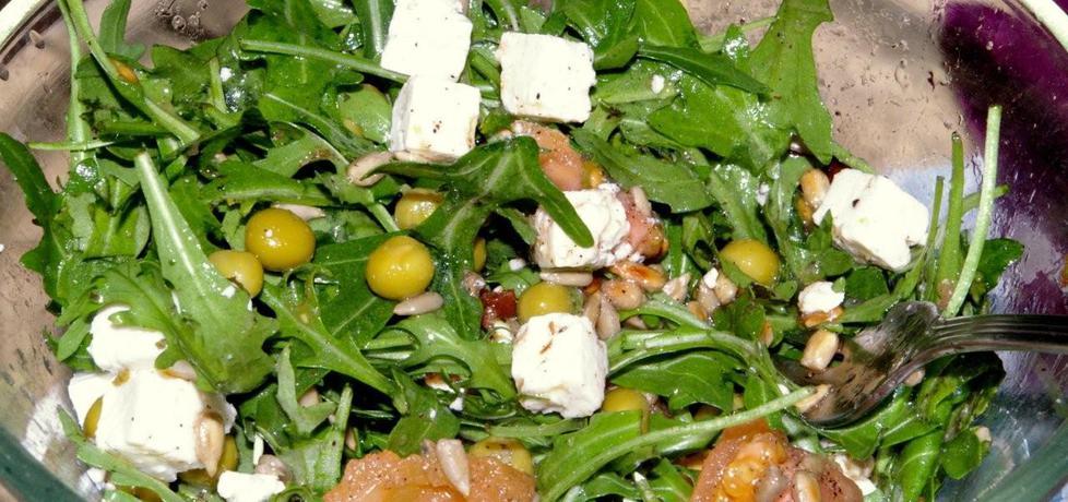 Sałatka z rucoli z groszkiem, serem feta i suszonym pomidorem