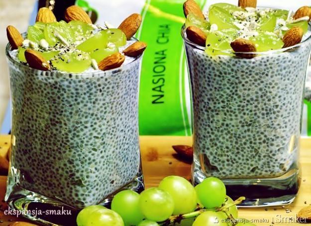 Mleczny deser z nasionami chia i winogronem