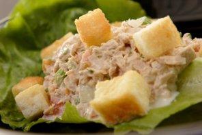 Sałatka z tuńczyka i jajek  prosty przepis i składniki