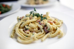 Makaron spaccatelli z klasycznym sosem z jajka i parmezanu ...