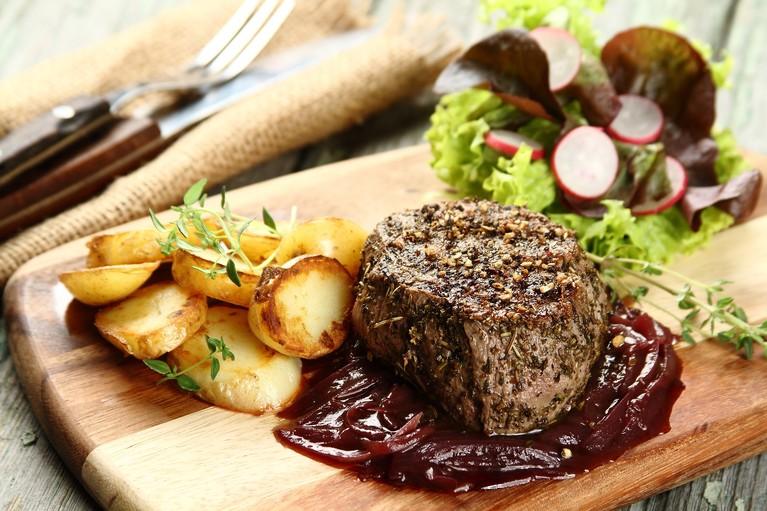 Stek wołowy z szalotkowym sosem z czerwonego wina