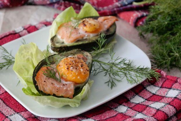 Przepis  awokado z jajkiem i wędzonym łososiem przepis