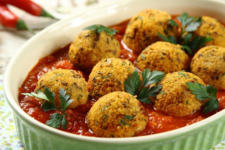 Klopsiki z kaszy jaglanej w sosie pomidorowym