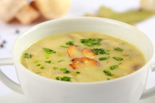 Zupa z zielonego groszku i pieczarek