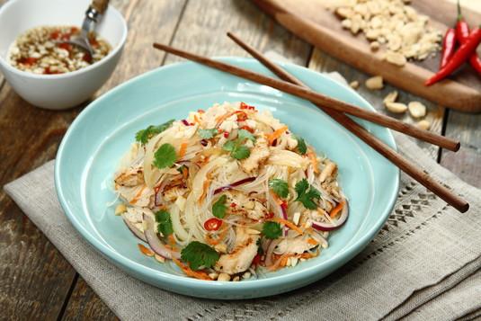 Sałatka z makaronem ryżowym i kurczakiem po tajsku z orzeszkami ...
