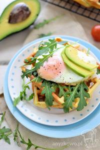 Parmezanowe gofry z jajkiem sadzonym i awokado