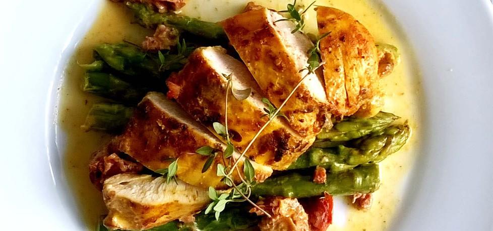 Pierś z kurczaka w musztardowym sosie z dodatkiem suszonych ...