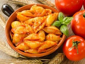 Makaron muszle w sosie pomidorowym z parmezanem