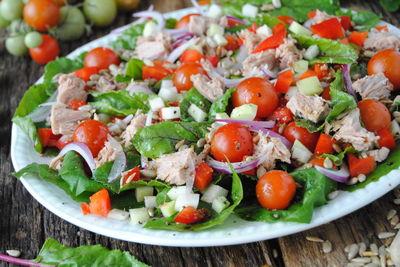 Letnia sałatka z botwinką i tuńczykiem