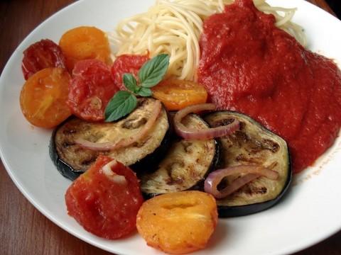 Warzywa smażone na maśle z makaronem i sosem pomidorowym ...