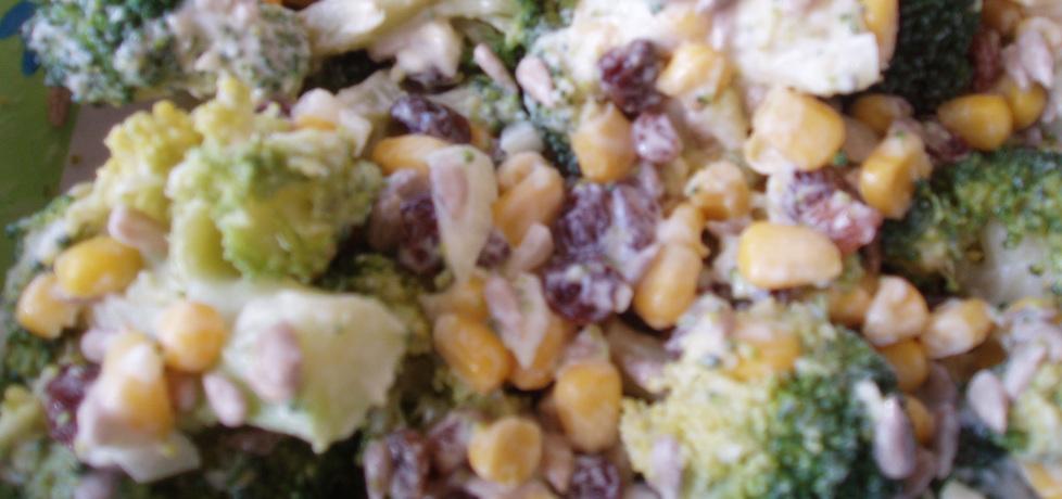 Sałatka z brokułem, rodzynkami, słonecznikiem w ...