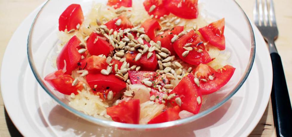 Surówka z kiszonej kapusty z pomidorem i prazonym słonecznikiem ...