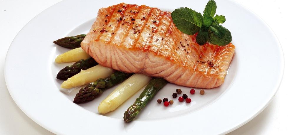 Grill: grillowany filet z łososia norweskiego podany z białymi i ...
