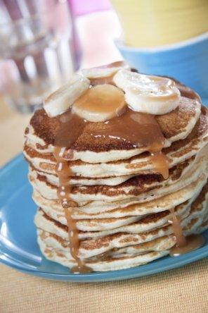 Pankejki (pancakes) z bananami i sosem karmelowym