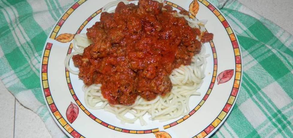 Makaron spaghetti z mięsem mielonym w sosie pomidorowym ...