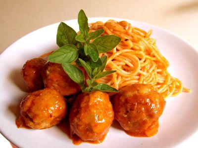 Spaghetti z pulpetami w sosie pomidorowym