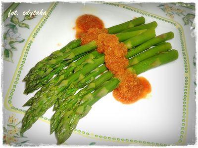 Szparagi z wody z masełkiem i bułką tartą