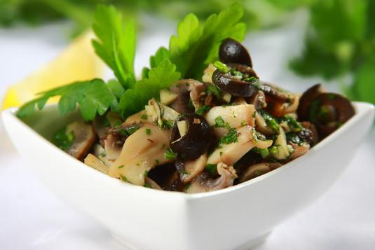 Tapas: pieczarki z oliwkami