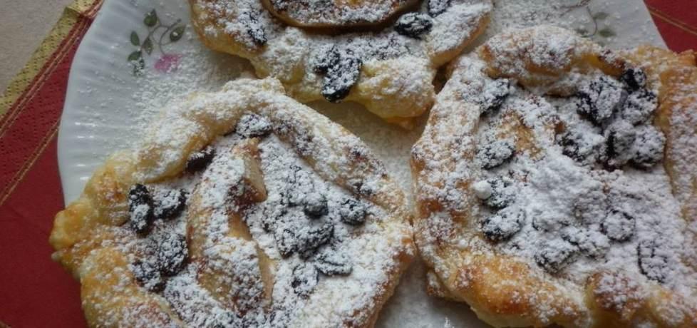 Jabłka w cynamonie z rodzynkami we francuskim cieście. (autor ...